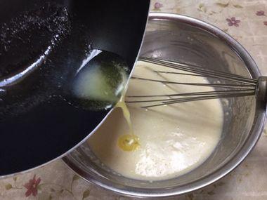 溶かしバターを生地に加えています。