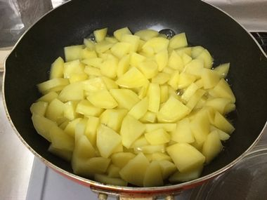 じゃがいもを蒸し茹でにしています。