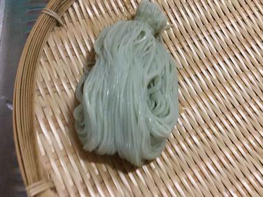束で茹で上がった色つきのそうめんです。