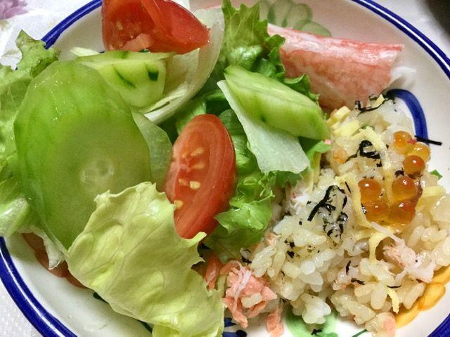 お弁当のごはんとサラダです。