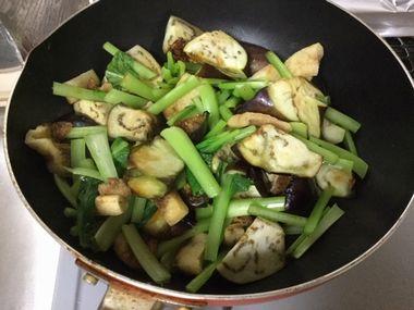 ナスと小松菜を混ぜています。