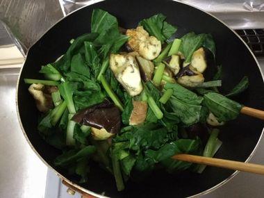 ナスと小松菜の煮びたしを作っています。