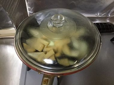 ナスと油あげを蒸し焼きにしています。