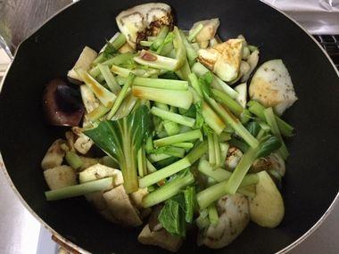 小松菜の上からおしょう油です。