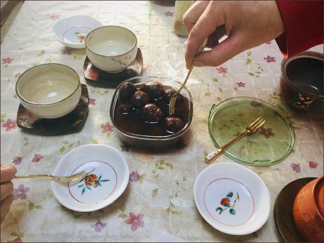 栗の渋皮煮を取り分けようとしています。