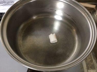 鍋で牛脂を溶かしています。