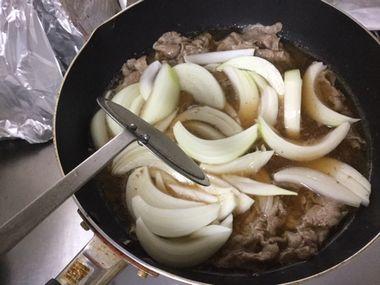 牛丼を作っています。