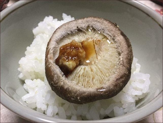 らっこが作ったごはんにのせた焼き椎茸です。生姜じょうゆをかけています。