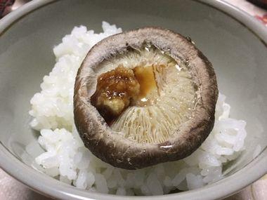 ごはんにのせた焼き椎茸です。生姜じょうゆをかけています。