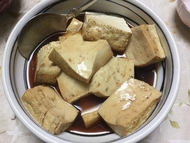 器によそった焼き豆腐の煮物です。