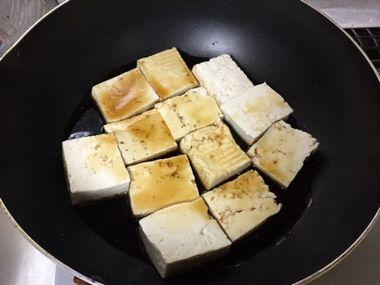 焼き豆腐をフライパンで煮ています。
