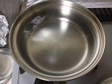 小鍋にお湯を沸かしています。