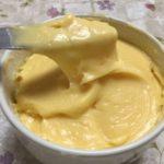 バターナイフですくっているカスタードクリームです。