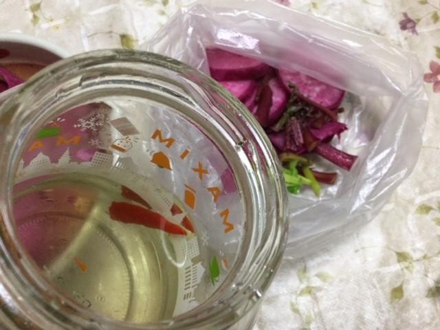 らっきょう酢(おいしい酢)と赤大根です。