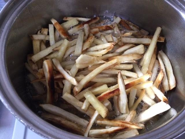 芋を揚げて少々焦がしてしまった様子です。