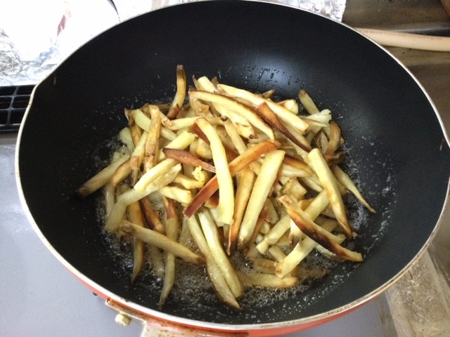 揚げた芋を砂糖液に投入します。