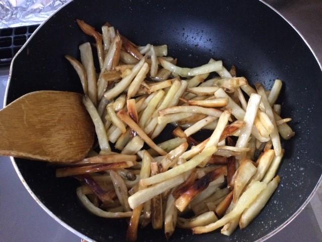 揚げた芋と砂糖液を混ぜています。