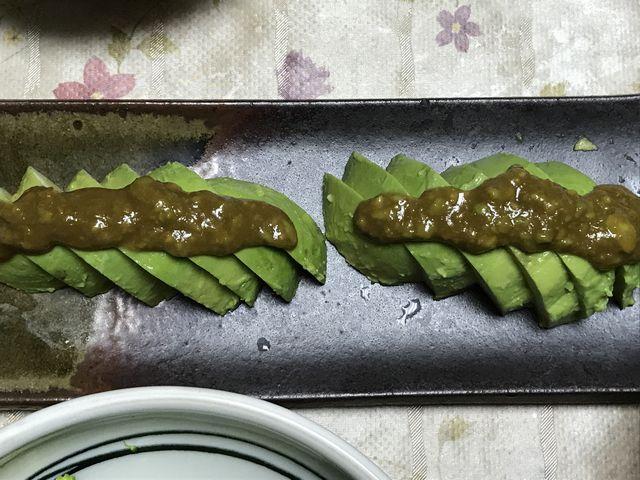 こーぎーが盛り付けたアボカドのわさび醤油サラダです。