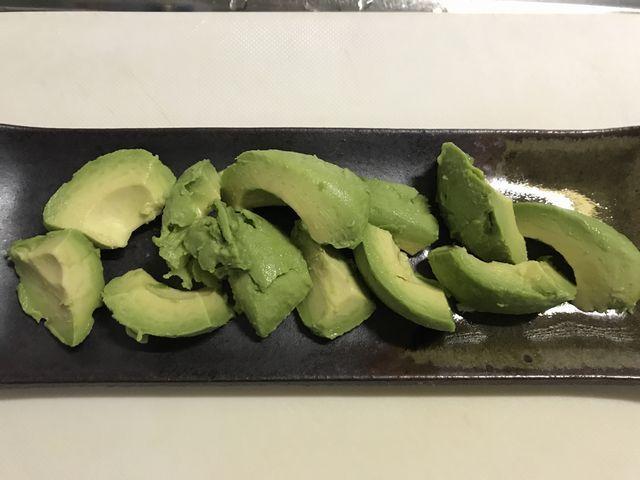 らっこが盛り付けたアボカドのサラダです。