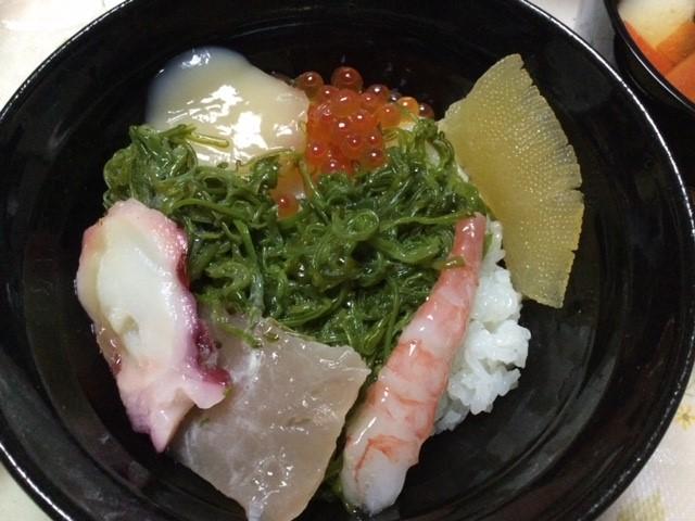 気仙沼は斉吉の海鮮丼です。甘エビ入りに、数の子はおせちの残り。