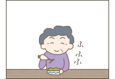 キャベツのサラダを食べるこぎ母