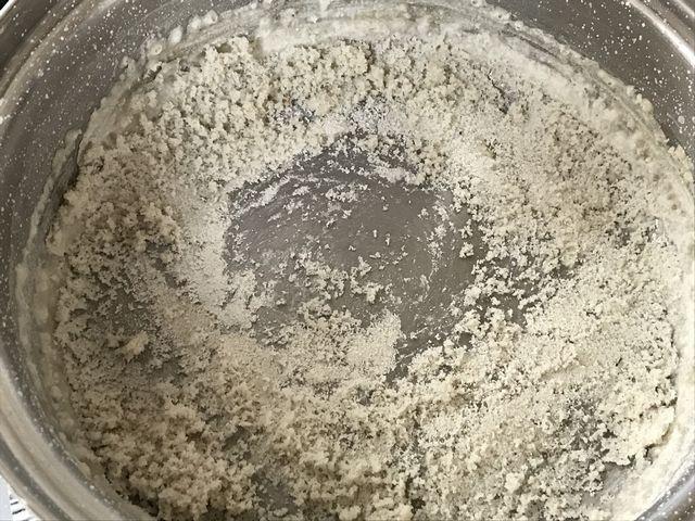 湿った状態だった塩を焼いています。