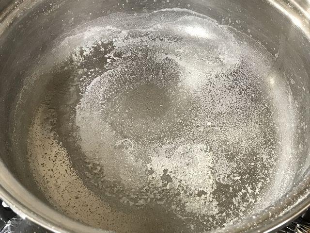 鍋に塩がこびり付いた様子です。