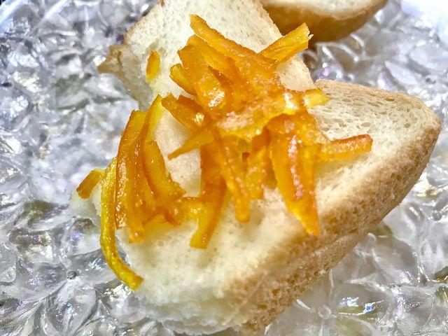 パンにのせたせとかの皮です。