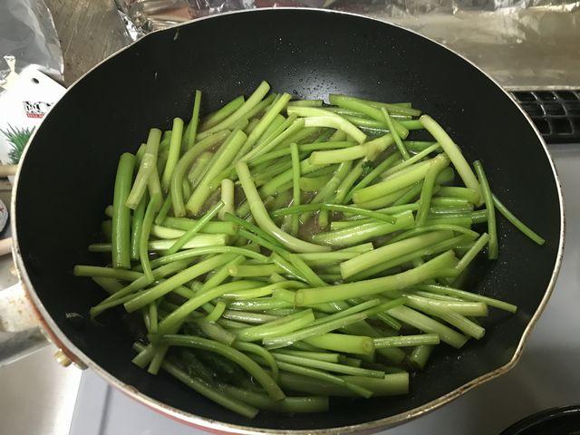 三つ葉の味噌煮を作っています。茎の部分。ちょいしんなり