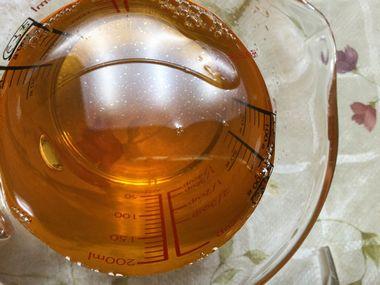 酢の表面に白っぽい油のような膜が張っている