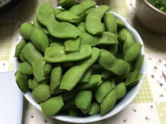 塩湯でして小皿に山盛りの枝豆
