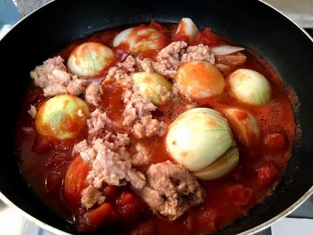 玉ねぎとトマト缶とツナを一緒に煮込み中